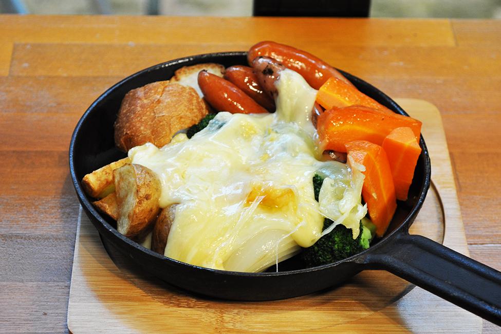 人気のラクレットチーズ(ポテト、バケット、ソーセージ、温野菜)